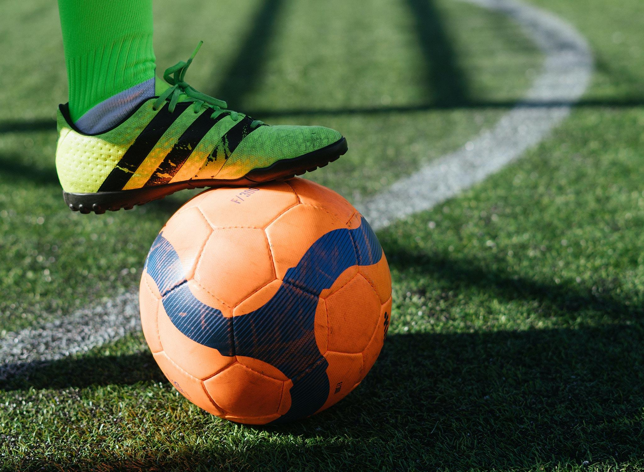 Voetbal op grasveld voor looptraining voetbal in Utrecht en omgeving - RAF Training
